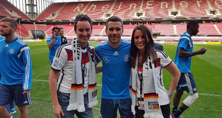 Sportmarketing-Agentur W-com ermöglicht für zwei Mitglieder des Fan Club Nationalmannschaft Erinnerungsfotos mit Nationalspielern, wie hier mit Lukas Podolski.
