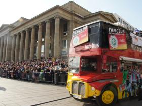 Der Fan Club-Bus führt den Stuttgarter Faschingsumzug an